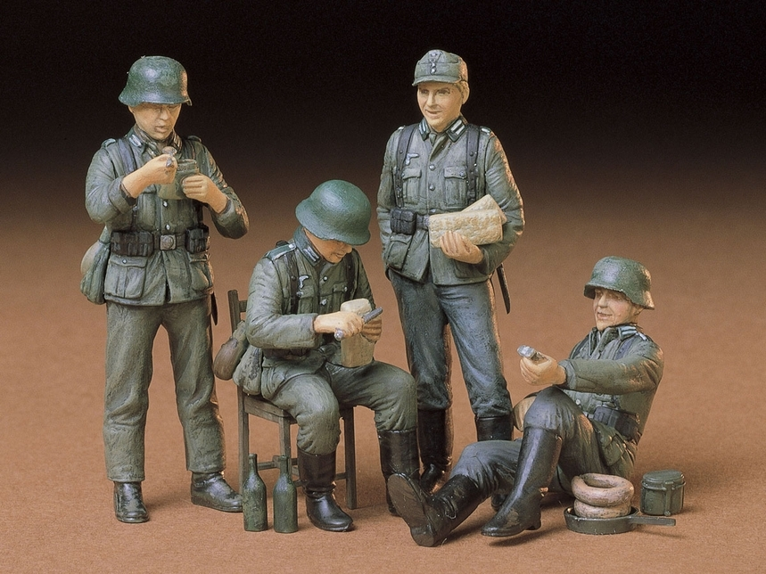 GERMAN SOLDIER AT REST 1:35